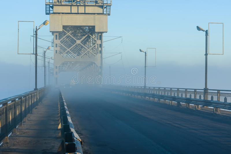 Mistige ochtend op een brug in Kremenchug, de Oekraïne royalty-vrije stock foto's