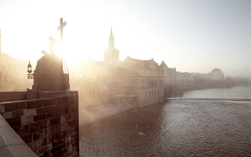 Mistige ochtend in Praag, Tsjechische Republiek royalty-vrije stock fotografie