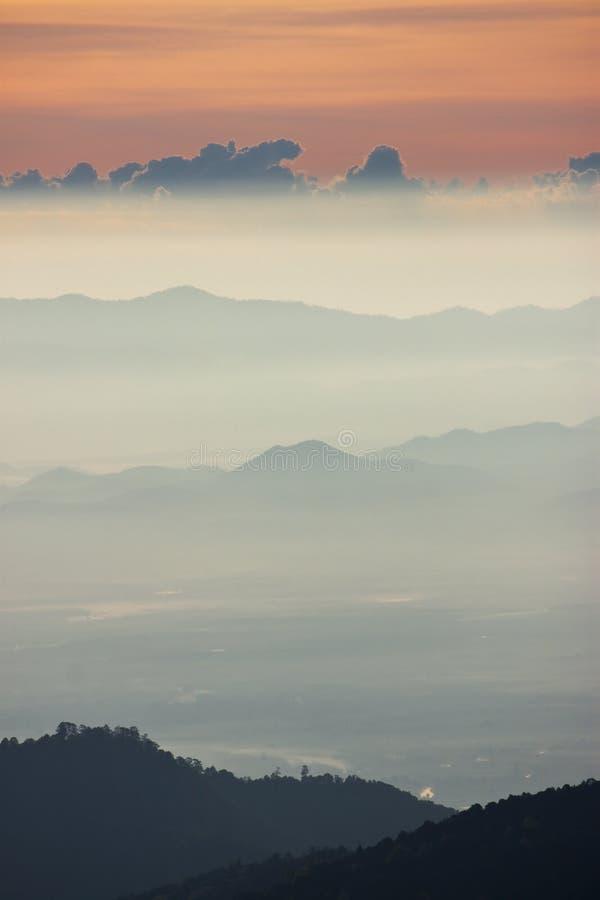 Mistige ochtendzonsopgang bij de bergbovenkant royalty-vrije stock foto