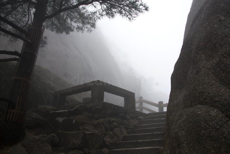 Mistige Rainny-dag Steen Steile Stappen Treking het lopen het hking Huan royalty-vrije stock foto