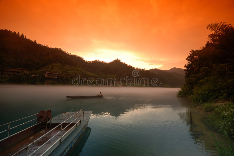 Mistige rivier in zonsondergang royalty-vrije stock afbeeldingen