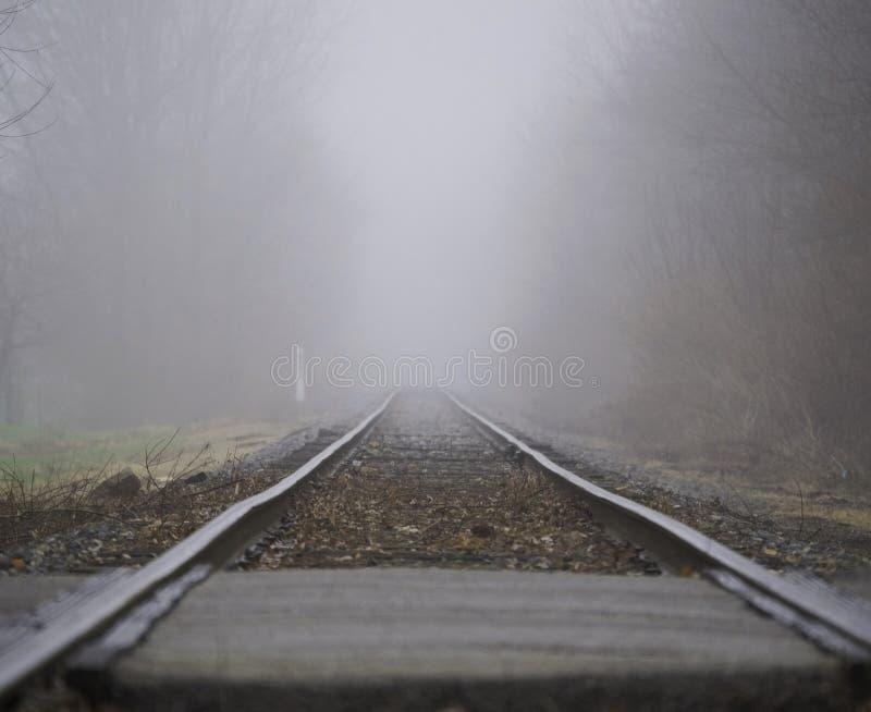 Mistige spoorweg stock foto's
