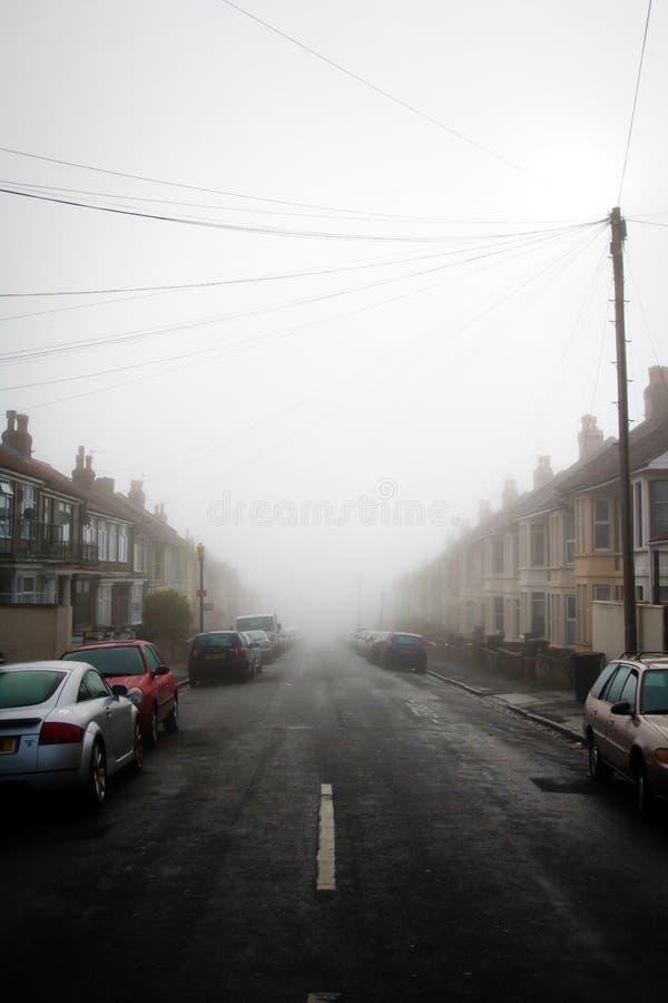 Mistige straat in Engeland stock afbeeldingen