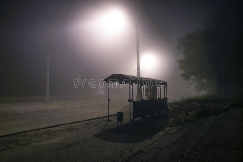 Mistige straatlantaarns nevelig met nacht verlaten weg vector illustratie