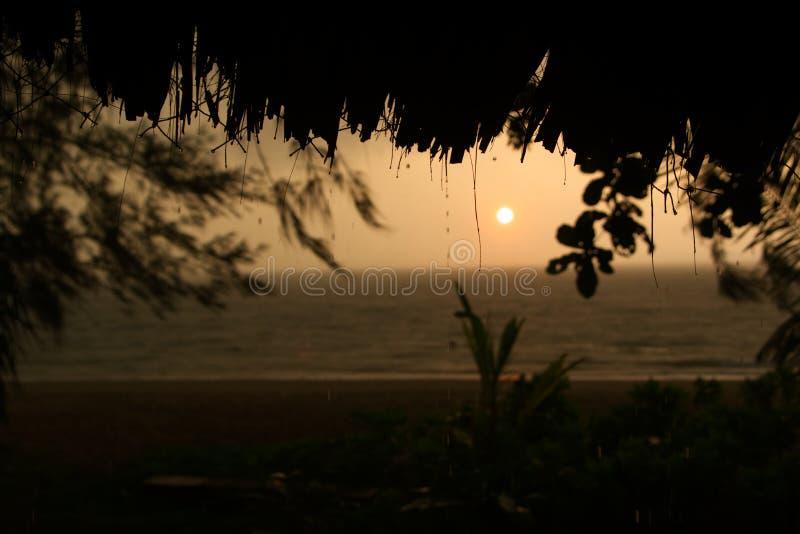 Mistige zonsondergang na een tropisch onweer royalty-vrije stock afbeelding