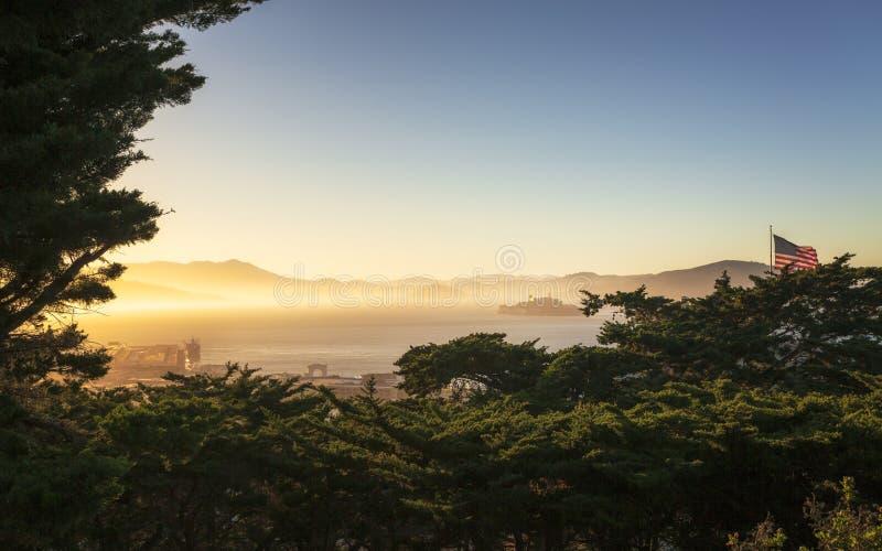 Mistige Zonsondergang over Alcatraz-Eiland van Coit-Toren royalty-vrije stock foto's