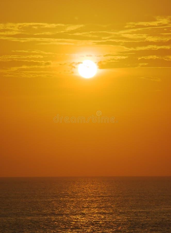 Mistige zonsondergang over oceaan royalty-vrije stock foto's