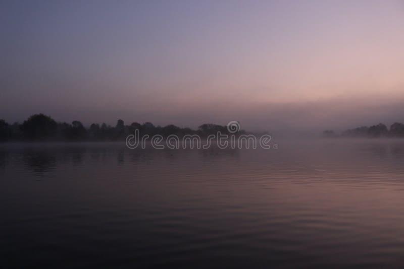 Mistige zonsopgang op een de herfstmeer royalty-vrije stock afbeeldingen