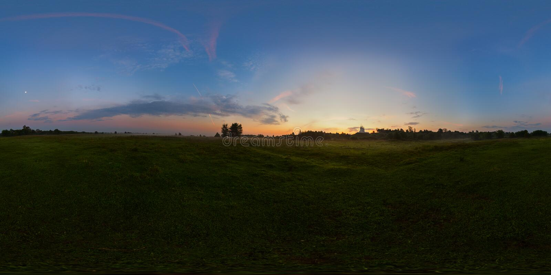 Mistige zonsopgang op weide sferisch panorama stock foto's