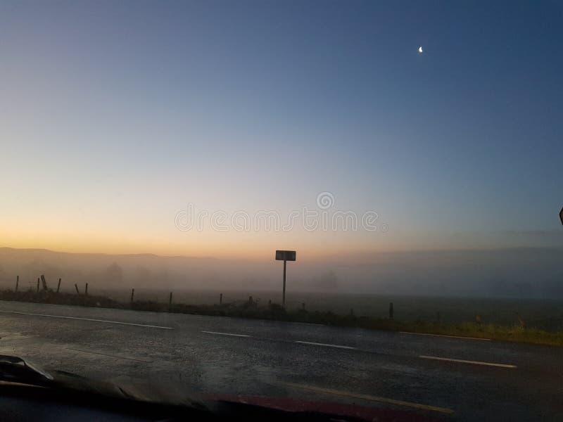 Mistige Zonsopgang over Verre Heuvels royalty-vrije stock afbeelding