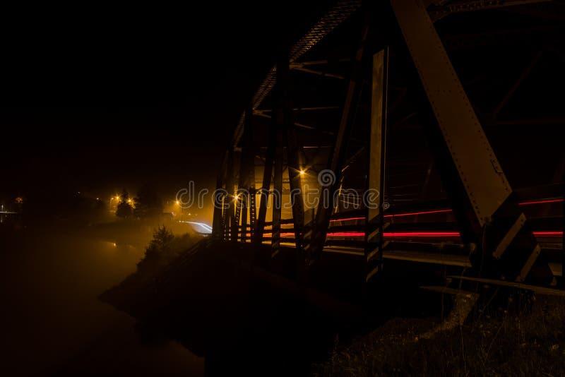 Mistkruipen door een bundelbrug bij nacht royalty-vrije stock fotografie