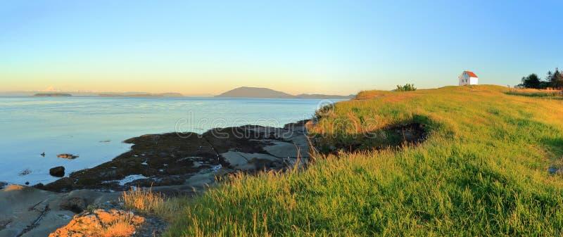 Mistlurstation och Rosario Strait i aftonljus på östlig punkt på den Saturna ön, Guld öar nationalpark, British Columbia royaltyfri bild