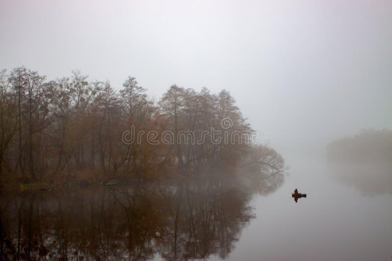 mistmorgon över floden Hösten landskap arkivfoton