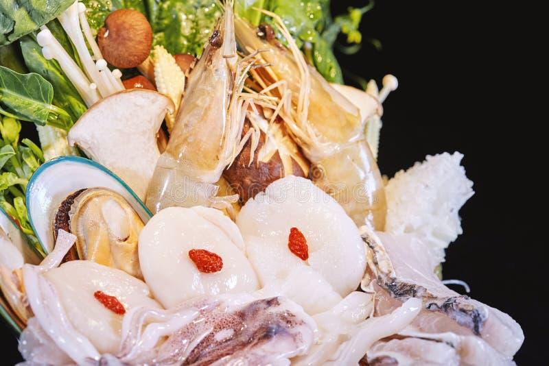 Misto di frutti di mare crudi freschi con la verdura, insieme crudo pronto da servire, primo piano dei frutti di mare fotografia stock libera da diritti