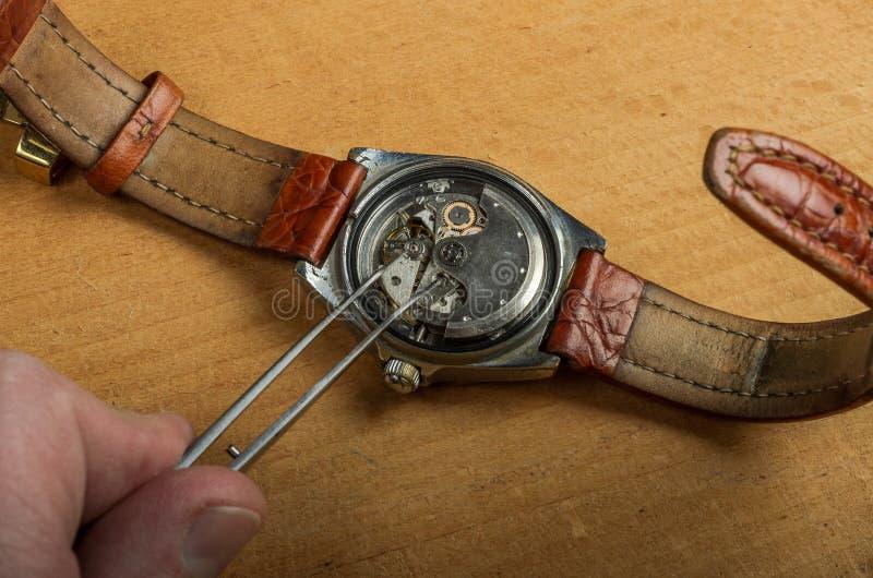 Mistrz naprawia demontującego machinalnego zegarek zdjęcia royalty free