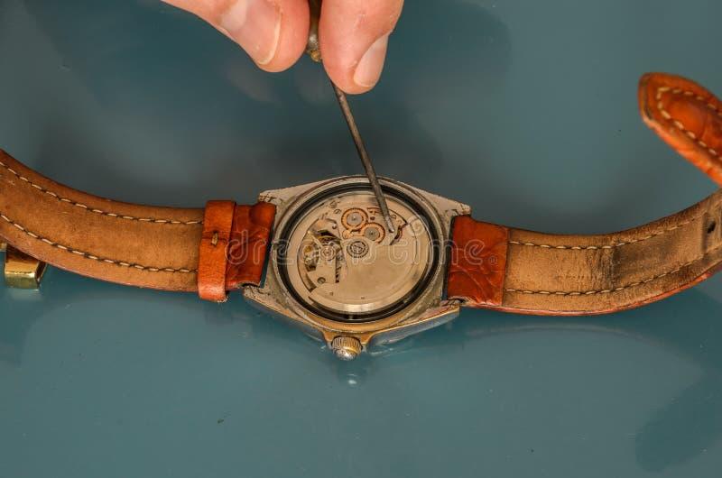 Mistrz naprawia demontującego machinalnego zegarek zdjęcia stock