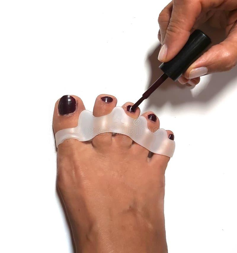 Mistrz robi pedicure na paznokciach Urządzenie palca silikonowego obrazy stock