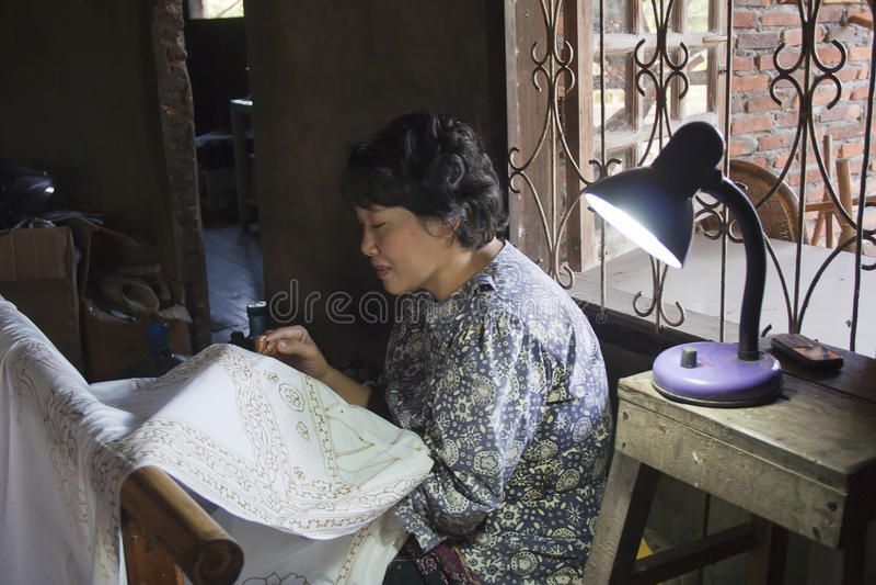 Mistrz stawia zaopatrzenie dla batika Jambi, Sumatra, Indonezja, Lipiec 31, 2011 obrazy royalty free