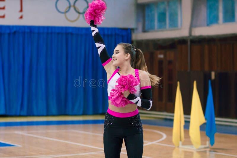 Mistrzostwo miasto Kamenskoye w cheerleading wśród solo, duetów i drużyny, zdjęcia stock