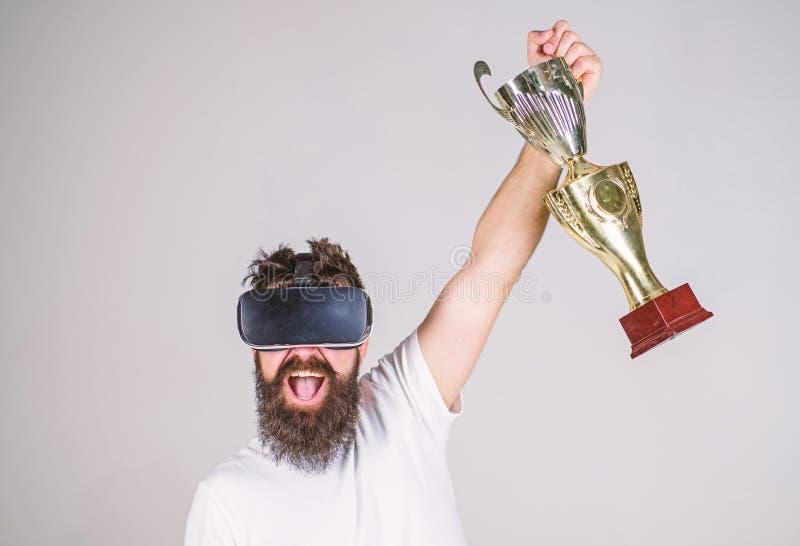 Mistrzostwo online Mężczyzna zwycięzcy wirtualna rywalizacja Odczucia zwycięstwo w rzeczywistość wirtualna grach Dokonuje zwycięs obrazy royalty free