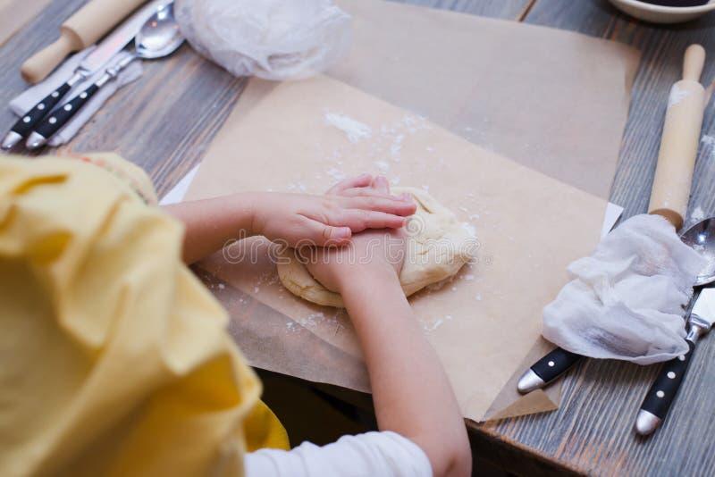 Mistrzowska klasa dla dzieci na wypiekowym kulebiaku Młode dzieci uczą się gotować weet kulebiaka Dzieciaki przygotowywa domowej  fotografia stock