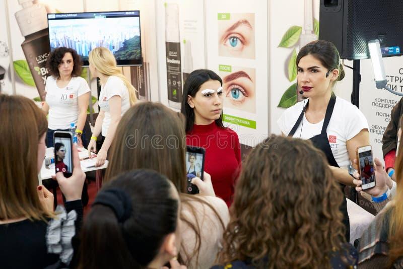 Mistrzowska klasa na brwi zabarwiać i nowożytne kosmetyczne przemysł metodach zdjęcie stock