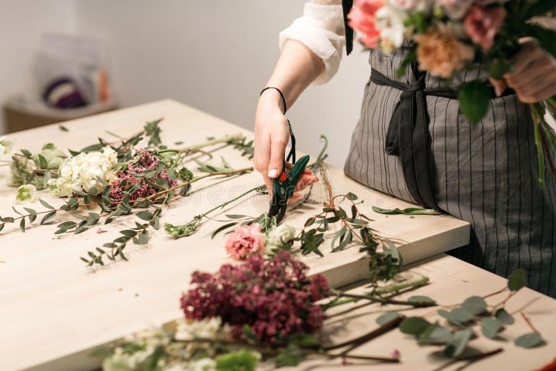 Mistrzowska klasa na robić bukietowi Lato bukiet Uczący się kwiatu ułożenie, robi pięknym bukietom z twój swój obraz stock