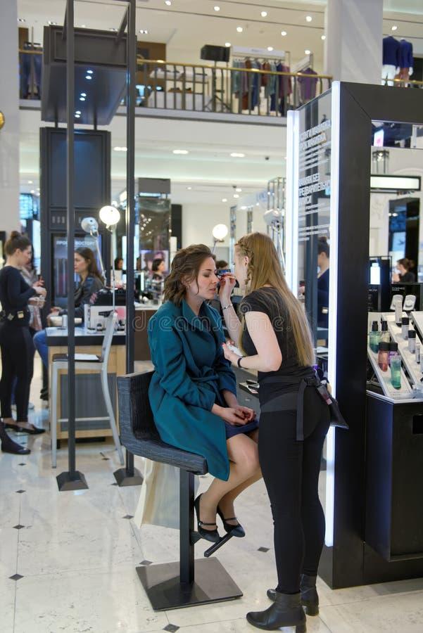 Mistrzowska klasa w makeup podczas lata styl festiwale zdjęcie royalty free