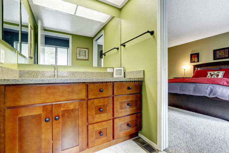 Mistrzowska sypialnia z jasnozieloną brzmienie łazienką fotografia royalty free