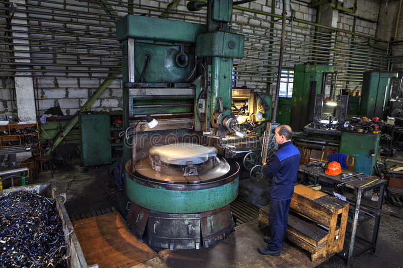 Mistrzowskie maszynowego narzędzia operatora metalu rękojeści na pionowo obraca l zdjęcia stock