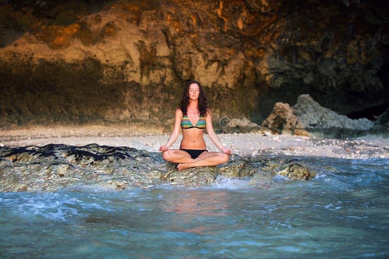 mistrzu jogi młode kobiety fotografia royalty free