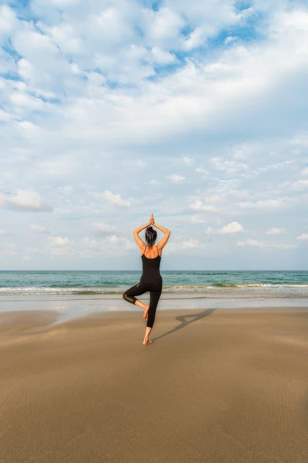 mistrzu jogi młode kobiety fotografia stock