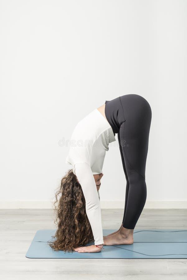 mistrzu jogi młode kobiety obraz stock