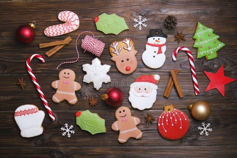 Mistura colorida das cookies misturadas do Natal de opinião superior decorada Natal-temático das cookies na tabela de madeira imagens de stock