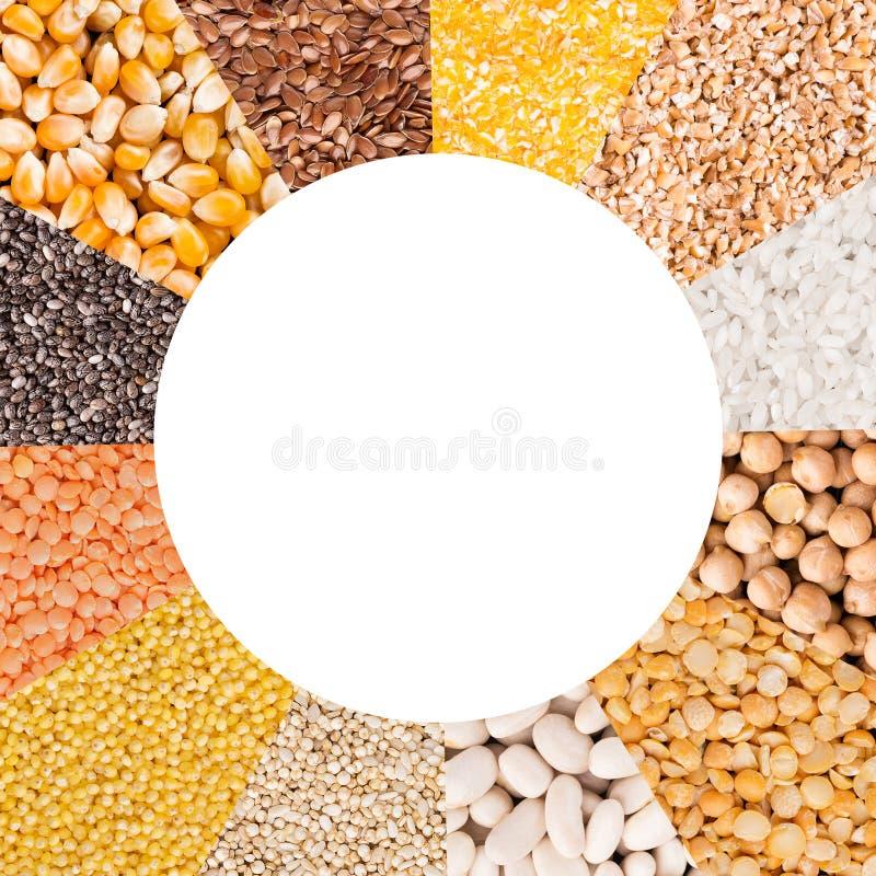 Mistura colorida dos feijões diferentes com espaço da cópia imagens de stock