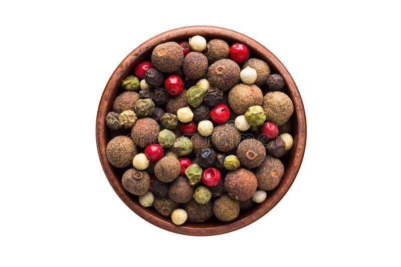 Mistura da especiaria das pimentas quentes, a vermelha, a preta, a branca e a verde da pimenta na bacia de madeira, isolada no fu imagens de stock