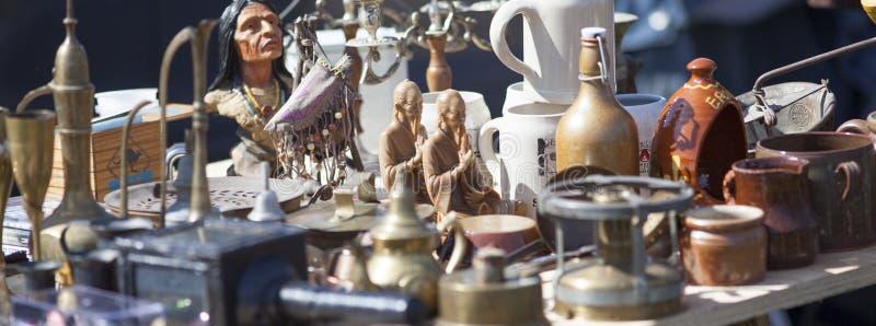 Mistura de cerâmica decorativa da cozinha na feira da ladra imagens de stock royalty free