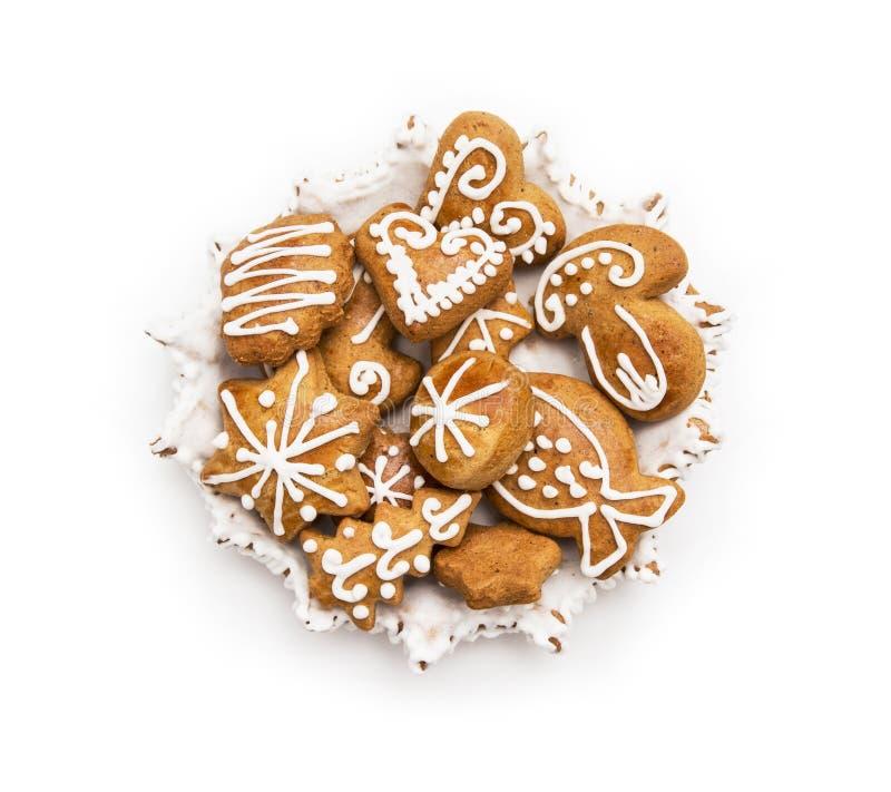 Mistura de cookies do pão-de-espécie do Natal no fundo branco imagens de stock royalty free