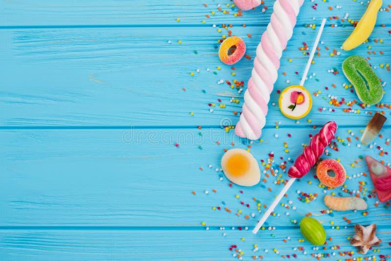 Mistura de doces coloridos com espaço da cópia foto de stock