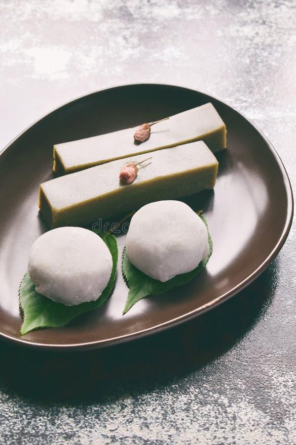 Mistura de doces japoneses tradicionais - anko doce da pasta do mochi do daifuku envolvida ao redor com escudo do mochi do arroz  foto de stock royalty free