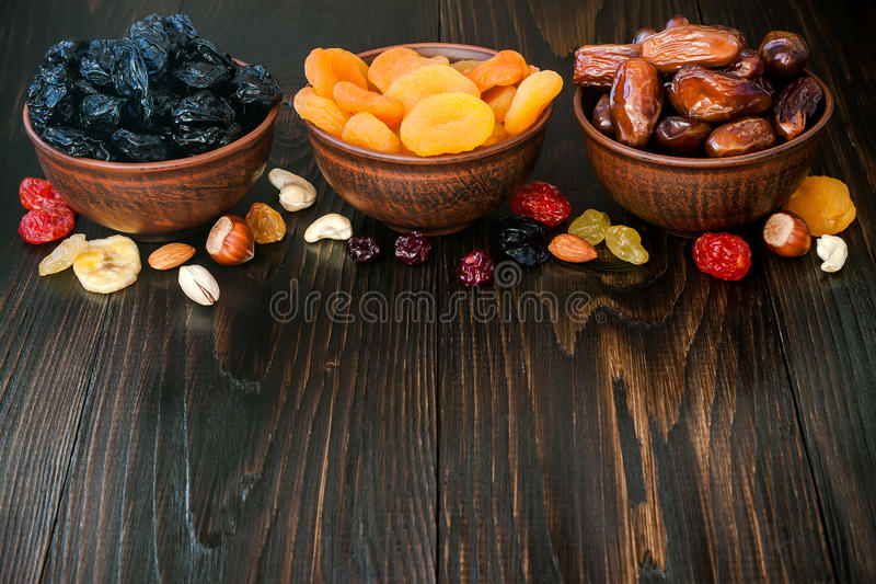 Mistura de frutos e de porcas secados em um fundo de madeira escuro com espaço da cópia Símbolos do feriado judaico a Turquia Bis foto de stock