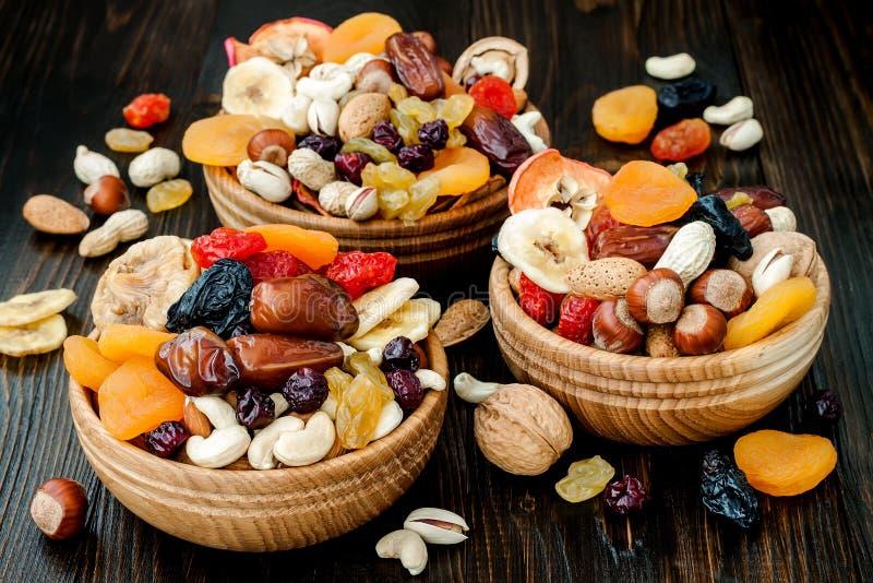 Mistura de frutos e de porcas secados em um fundo de madeira escuro com espaço da cópia Símbolos do feriado judaico a Turquia Bis fotografia de stock