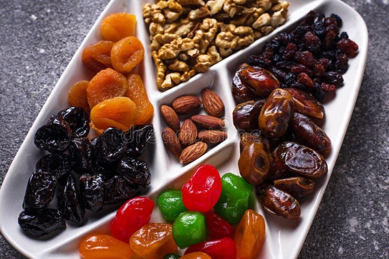 Mistura de frutos e de porcas secados na placa fotos de stock royalty free