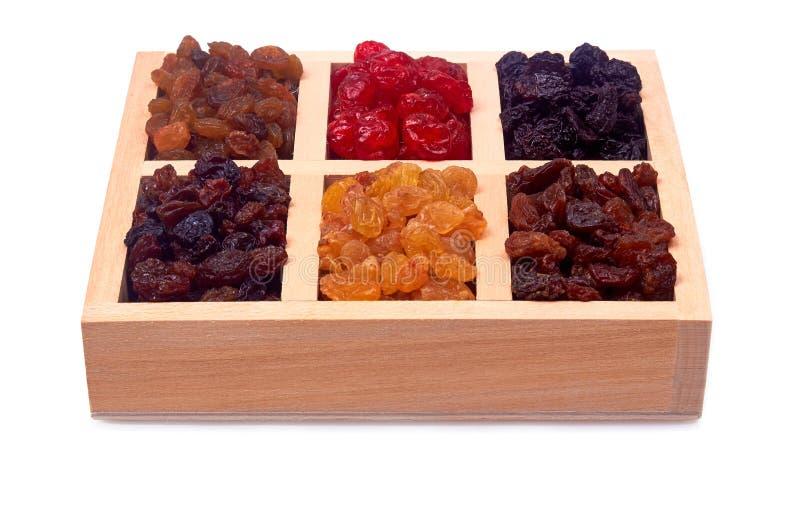Mistura de frutos secados no copo de madeira fotos de stock