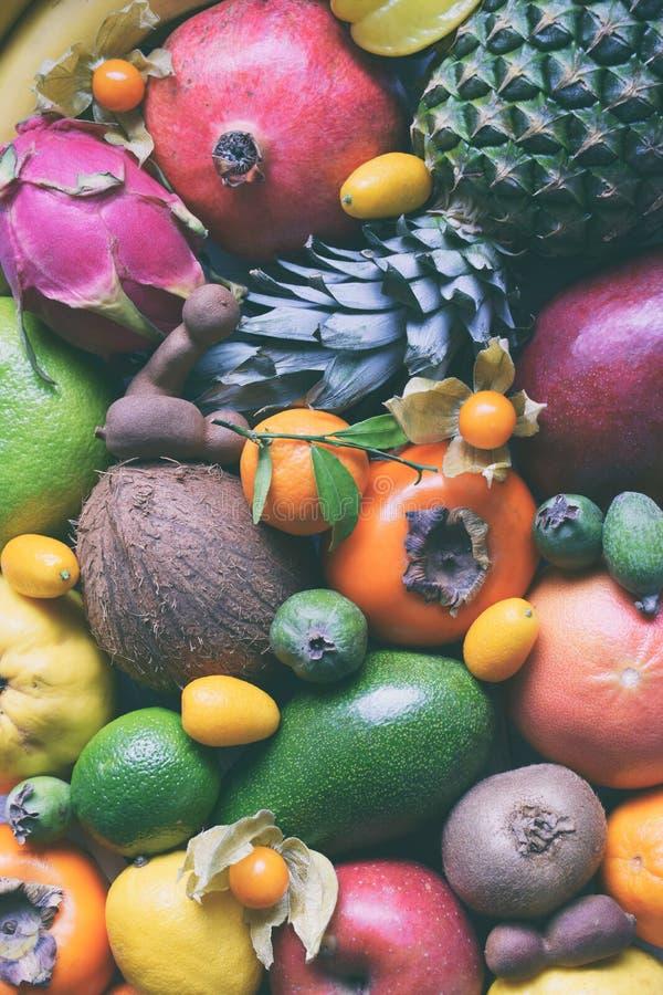 Mistura de frutos tropicais maduros com manga do abacate, kumquat, quivi, citrino Fundo de Superfood Alimento cru do vegetariano  fotos de stock
