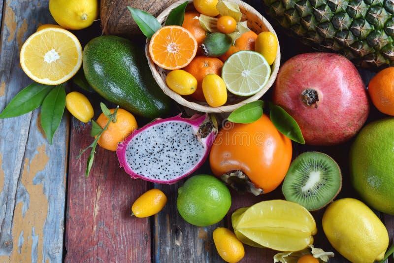 Mistura de frutos tropicais maduros com manga do abacate, kumquat, quivi, citrino Fundo de Superfood Alimento cru do vegetariano  imagem de stock royalty free