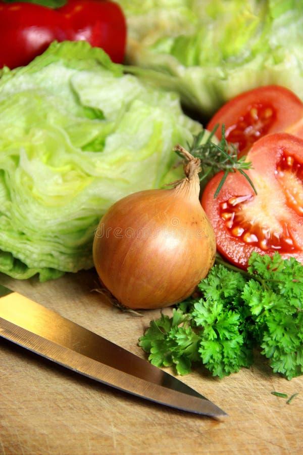 Mistura de ingredientes cortados para a salada vegetal imagens de stock