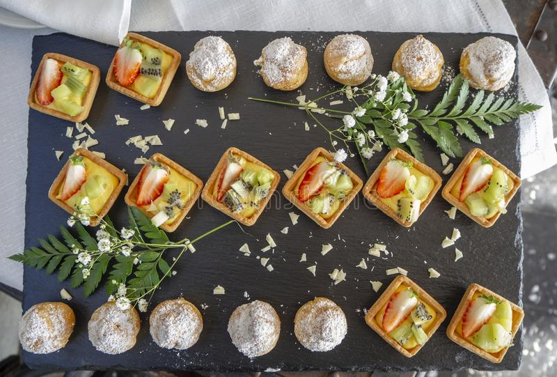 A mistura de pastelarias do fruto e mini saborosos krapfen foto de stock royalty free