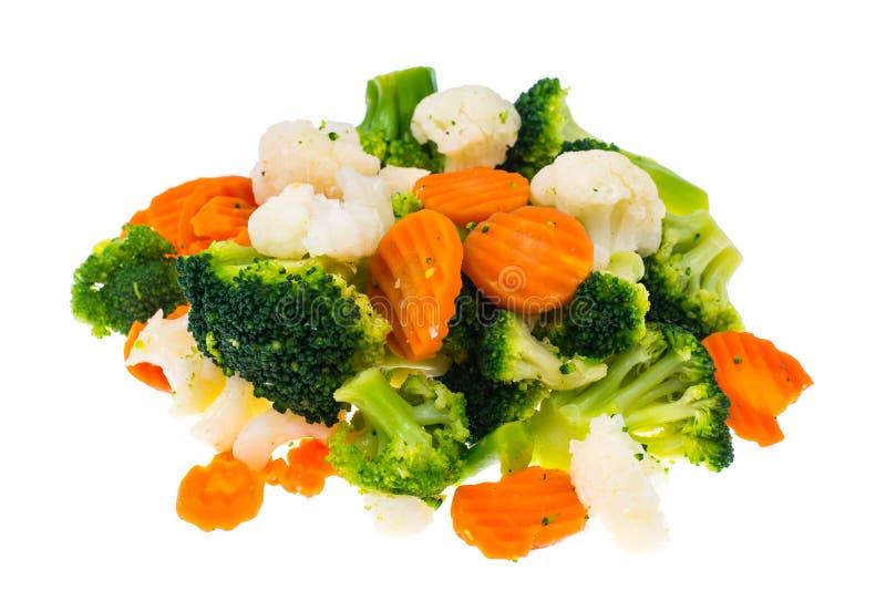 Mistura de vegetais congelados do verão no montão isolado no fundo branco fotografia de stock royalty free