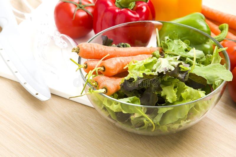 Mistura de vegetais na salada fotos de stock royalty free